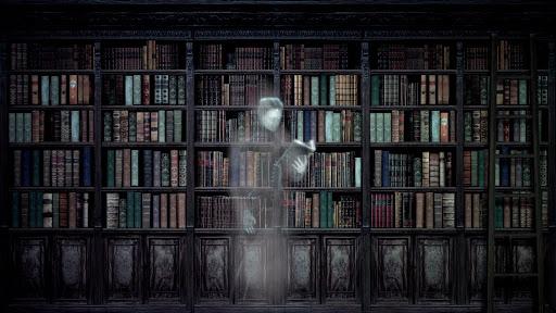 Fantasma anciana leyendo un libro en la biblioteca