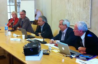 """Photo: Table ronde """"Les MOOCs face aux approches locales"""" modérée par Bernard MICHON (à droite), président de l'UOH, avec la participation de (de droite à gauche) Denis ABECASSIS, président d'AUNEGE, Bernard CURZI, directeur eLearning de l'EDHEC, Eric VANTROEYEN, chargé de mission eLearning à l'Ecole Polytechnique ParisTech, Monique VINDEVOGHEL, responsable des relations internationales d'UNISCIEL"""