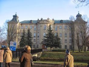 """Photo: Zamek został zbudowany na sztucznej wyspie. Z początku była to gotycka budowla należąca do Rydzyńskich. Leszczyńscy wznieśli na jej miejscu najpierw dwu, a później czterokondygnacyjny zamek barokowy. Kolejni właściciele - Sułkowscy przebudowali go w stylu rokokowym. Od 1928 roku Fundacja Sułkowskich prowadziła w zamku renomowane Gimnazjum i Liceum. a w czasie okupacji mieściła się tu szkoła Hitlerjungen. Jednak największe zniszczenia pozostawiła po sobie wyzwoleńcza Armia Czerwona. Rekonstrukcją zamku zajęło się Stowarzyszenie Inżynierów Mechaników Polskich, które za przeprowadzone na szeroką skalę prace konserwatorskie otrzymało dyplom """"Europa Nostra""""."""
