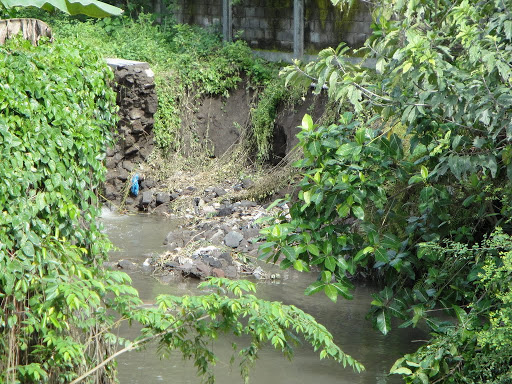 kerusakan rusunawa - tembok pembatas hasbis terkikis air