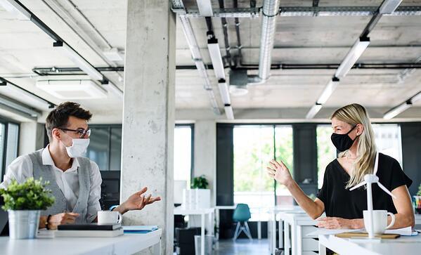 Los colaboradores que vuelvan a la oficina deben mantener la distancia social