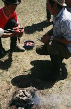 Photo: 03249 ブルド/バスハダール家/タルバガン(野獣)料理/肉を毛皮につめて焼く