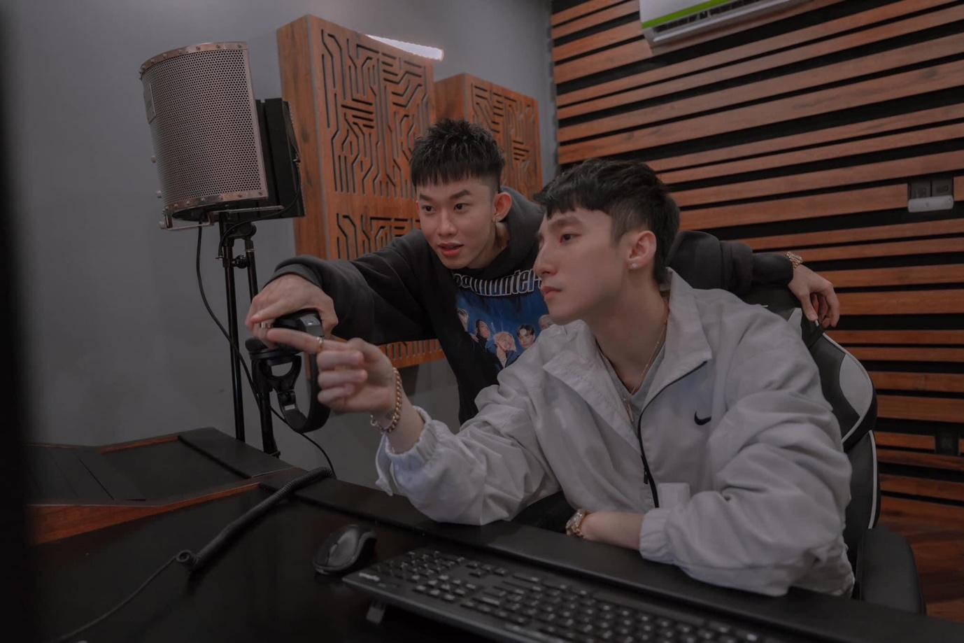 Kay Trần đăng loạt ảnh cùng Sơn Tùng MTP hoàn thiện sản phẩm âm nhạc mới