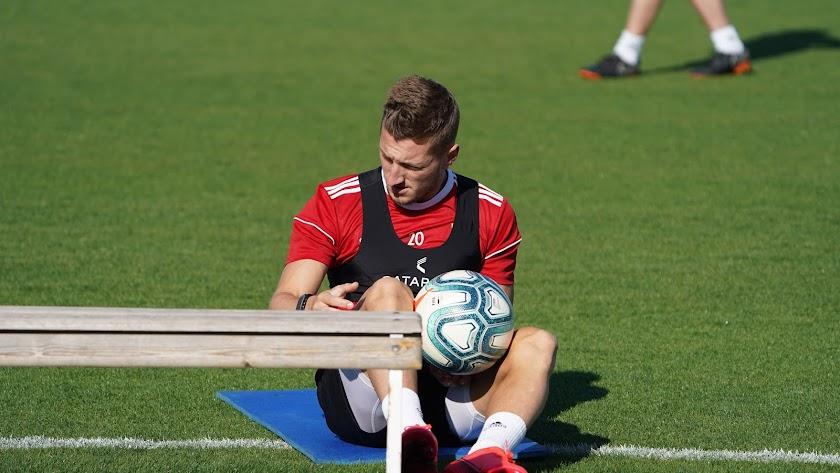 Iván Balliu se toma un respiro en el entrenamiento del Almería.