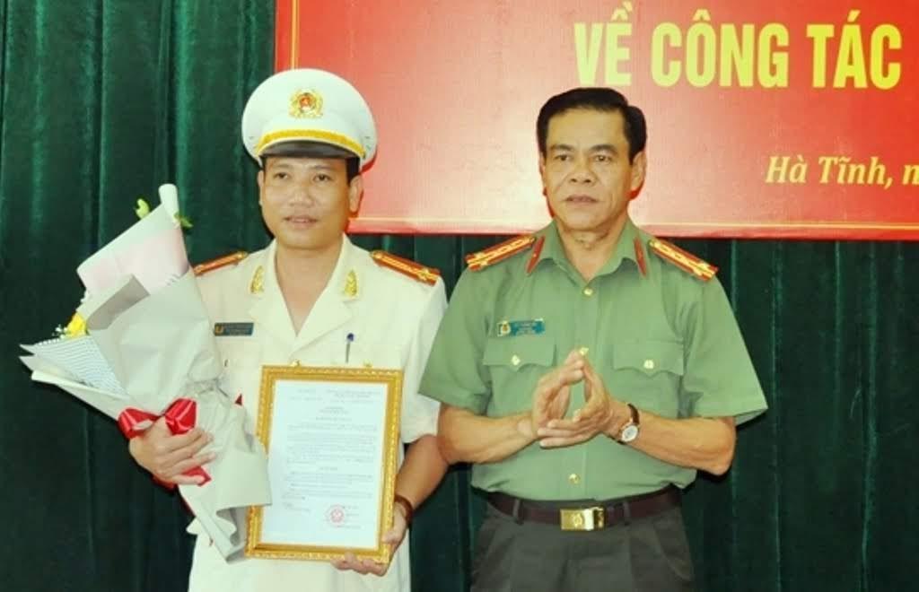 Đại tá Võ Trọng Hải Giám đốc Công an tỉnh trao quyết định bổ nhiệm của Bộ trưởng Bộ Công an và tặng hoa chúc mừng tân Trưởng phòng Cảnh sát cơ động.