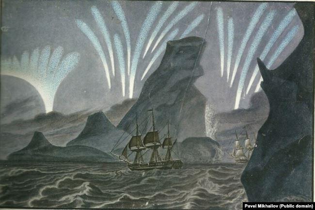 Корабли плывут у берегов Антарктиды на фоне полярного сияния.