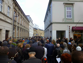 Photo: Die Prozession in die Kirche beginnt