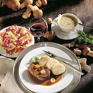 Hirschrücken-Steak mit Trauben und Rotweinsauce
