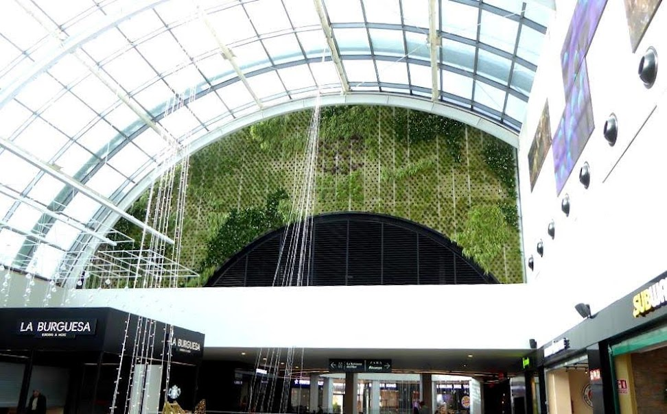 Finalización del trabajo en el centro comercial diagonal mar en Barcelona