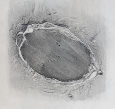 """Photo: Le cratère Platon, vu le 14 janvier 2014 vu dans le T406 à 470X en bino. La Lune était presque pleine, ce qui explique l'absence d'ombres portées et l'aspect un peu plat du dessin. Malgré ces conditions a priori défavorables, de nombreux craterlets étaient perceptibles dans l'arène, à la faveur de """"trous de turbulence"""". A noter, l'albédo très sombre de l'arène et les traînées sombres ou claires qui la parcourent."""