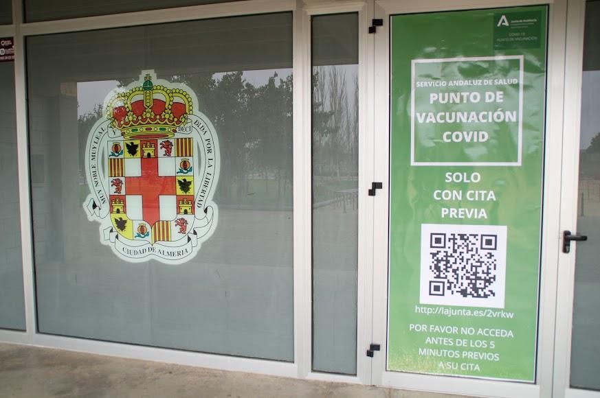 Punto de vacunación habilitado en el Palacio de los Juegos Mediterráneos.