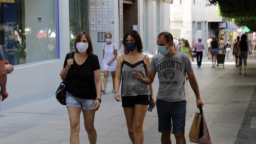 Almerienses con mascarilla en el centro de la capital.