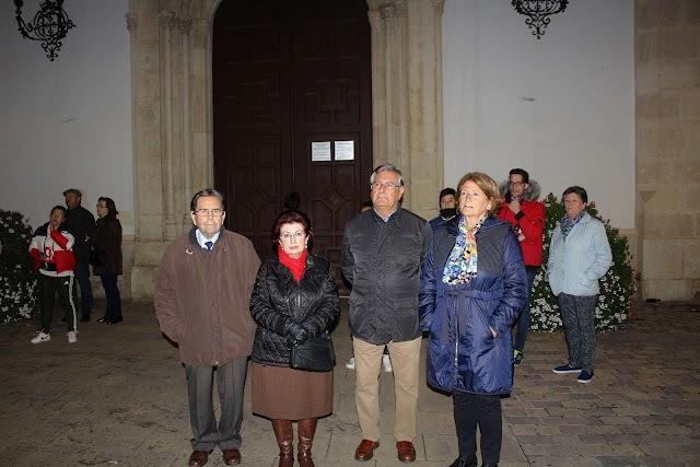 Representantes de la Hermandad Patronal ante el Santuario y participando en el Vía-Crucis.