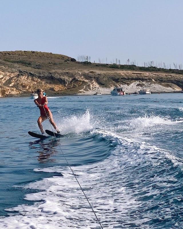 La almeriense, esquiando sobre las olas.