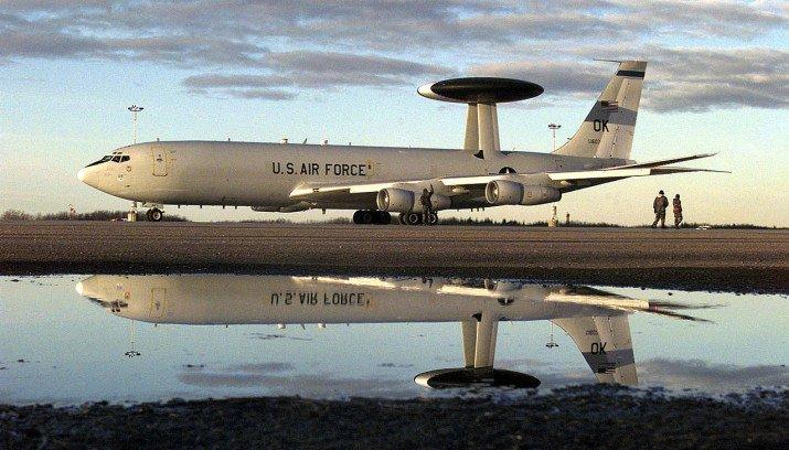 US Air Force AWACS toestel weerspiegeld in het water