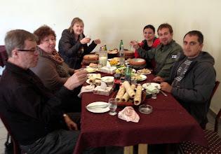 Photo: Ateria korkealla: matkakumppanimme Kari ja Pirkko, Pirkko, Janna ja Marko ja kuljettajamme (Lasse sopivasti kameran linssin takana)