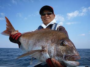 """Photo: 出たー! ハンサム真鯛!5kgぐらいかな? 釣り人""""戸田さん""""と一緒で真っ黒~!「誰が真っ黒じゃ!タコ船頭!」"""
