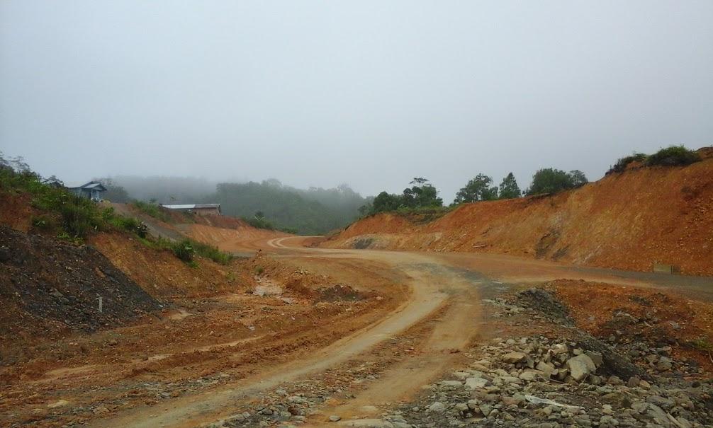 Jalan menuju pos perbatasan Indonesia-Malaysia yang baru saja dibangun di Desa Long Nawang. (Foto: Yudha PS)