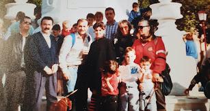 Homenaje a Los Coloraos, hace más de 30 años, con mi hijo David a hombros, rodeado de amigos y colegas.