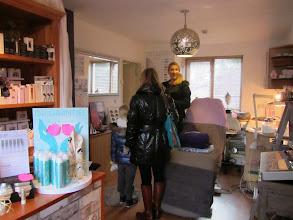 Photo: Angeline in haar schoonheidssalon