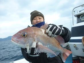 Photo: 真鯛キャッチ! 持ち方がぎこちない。