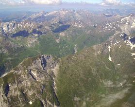 Photo: Vision aérienne à l'Est de Gavarnie sur les crêtes du Soum Blanc de Secugnat 2577m (à gauche devant) qui sépare la vallée du gave d'Ossoue de la vallée du gave Aspé.