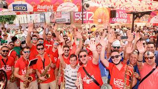 Los almerienses se despiden de la Feria del Mediodía con los sones de la Charanga de LA VOZ.