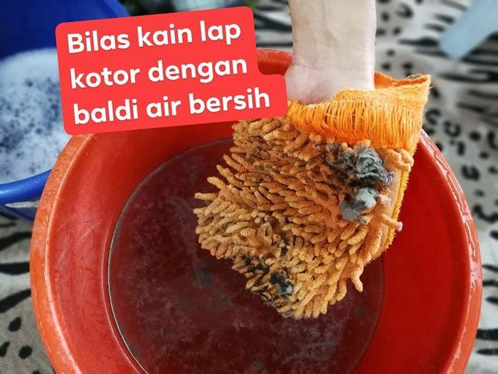 Hanya bilas kain lap yang sudah kotor dengan baldi yang mengandungi air bersih.