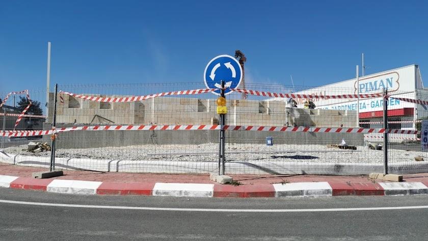 Imágenes de la construcción del monumento a la entrada del municipio.