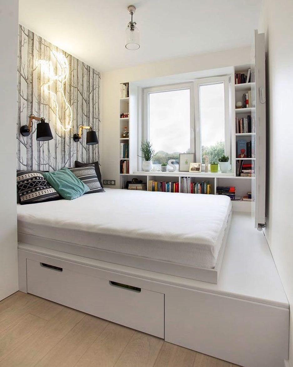 Phòng ngủ nhỏ với giường phản, tông màu chủ đạo là màu trắng