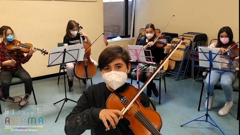 Alumnado durante sus clases en el Conservatorio Profesional de Música de Almería.