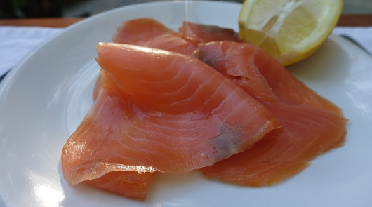Ensalada de quinoa con salmón ahumado y aguacate