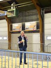 Photo: A. Kraaij, voorzitter van de stichting landelijke geitenkeuring,  opent de keuring en heet keurmeesters, inzenders, geiten en belangstellenden hartelijk welkom.
