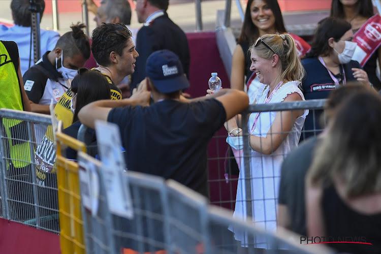 """📷 Echtgenote Van Aert laat zwangere buik fotograferen door vriendin andere renner: """"Ze redt ook levens"""""""