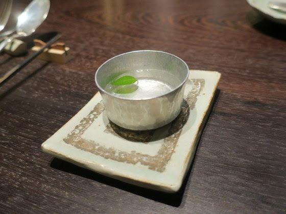 レストラン よねむら 銀座店@銀座 米村さんが目の前で調理。味も演出も素晴らしかったです。