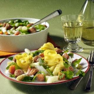 Nudeln mit Gemüse-Ragout und Brätbällchen