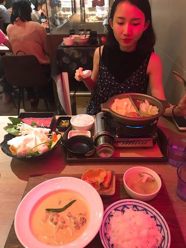 綠咖哩小辣配上泰國長米根本停不下來! 火鍋食材新鮮蔬菜超好吃! 飲料特別 甜點美味 裝潢👍