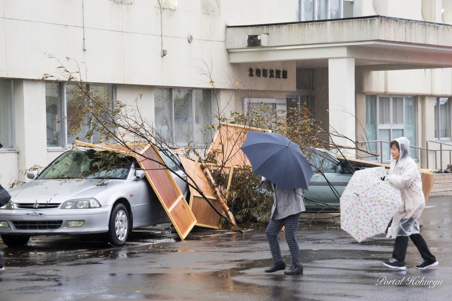 雨の中避難所へ駆けつける町民