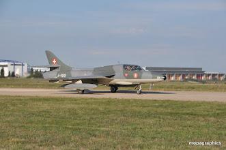 """Photo: présentation du Hawker """"Hunter"""" Jet biplace côte à côte"""