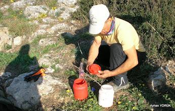 Photo: Kemal Ağabey boyaları hazırlıyor. Zeytinköy-Gölova-Çile Arası işaretlemesi. EFES MİMAS (İYON) YOLU 2. Etabı - 14.11.2015