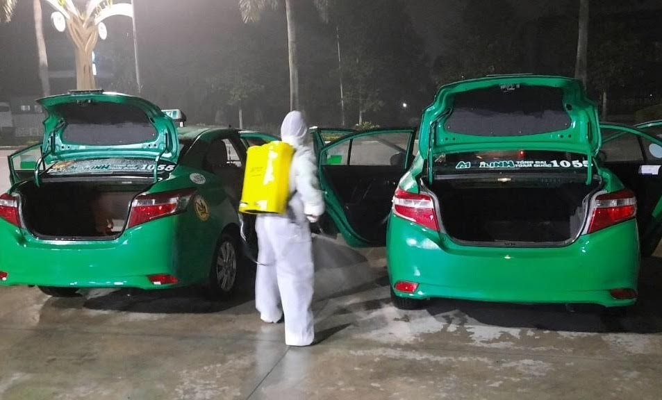 Trước lúc vận chuyển khách các xe được phun tiêu độc khử trùng để hạn chế thấp nhất dịch bệnh lây lan