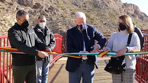El alcalde, Juan Herrera, y los tenientes de alcaldes, cortando la cinta inaugural.