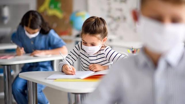 Imagen de archivo sobre alumnos haciendo actividades en clase.