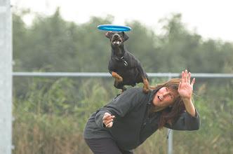Photo: Een rugsprong tijdens een frisbee training.