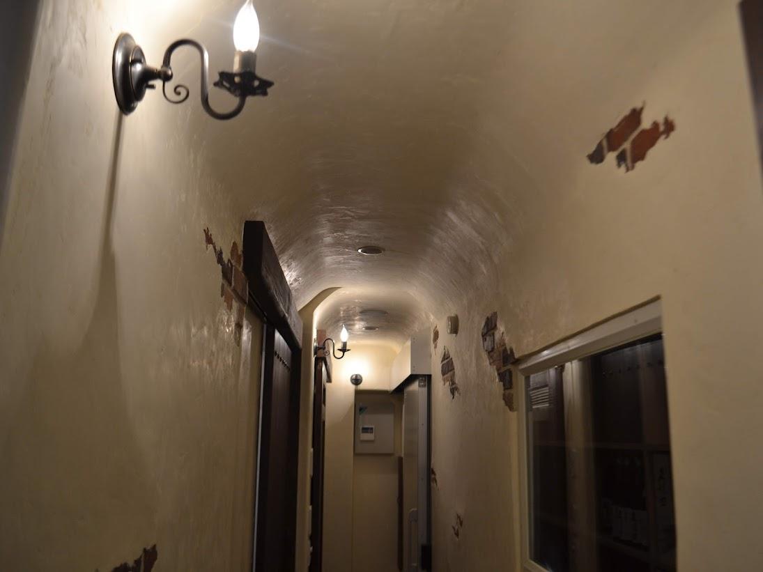 洞窟のような廊下
