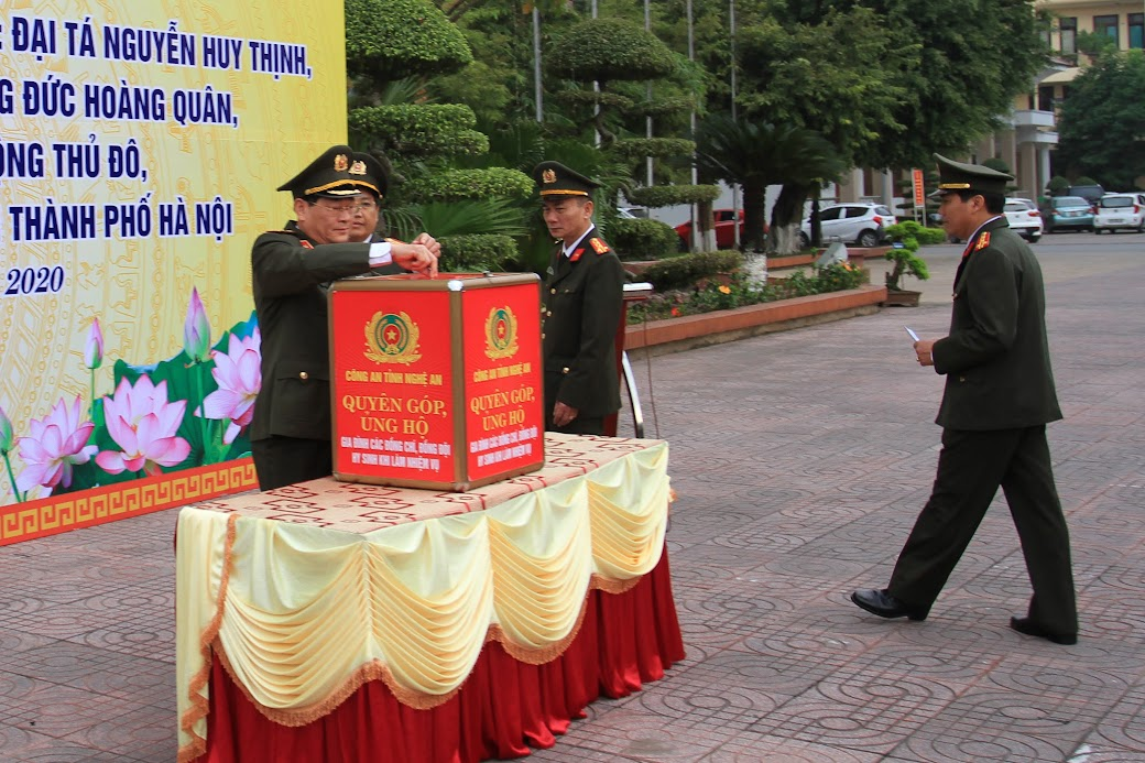 Lãnh đạo Công an tỉnh ủng hộ gia đình 3 liệt sĩ hi sinh