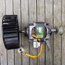 Photo: Lüfter und Motor, ausgebaut. Der Lüfter wackelt, was man hier nicht sieht.