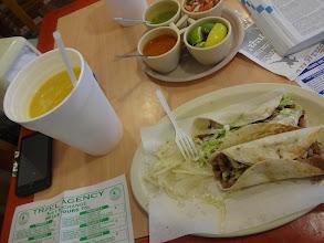 Photo: Snídaně v Palenque. Čerstvě vymačkanej pomerančovej džus a tacos. A taky moje nesmrtelný HTC.