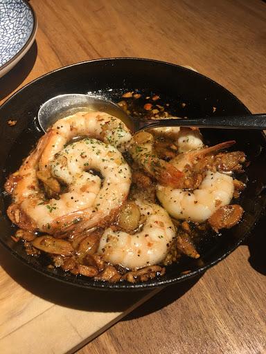 蒜味橄欖油鮮蝦搭配法國麵包,好吃得停不下來。經典烘蛋也非常推薦。桌距略小,氣氛活潑,不能輕聲細語。工作人員服務細心。