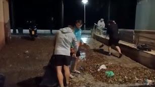 Vecinos de El Zapillo achican agua y limpian la calle Antonio Atienza.